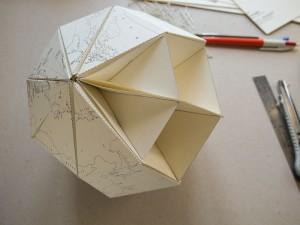 Papier Globus - vorletzter Bastelschritt
